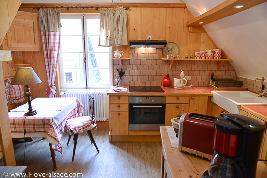 Our apartments are organized and decorated in a way to offer you a romantic and restful stay. Here the kitchen in the Mountain Hiker gite.